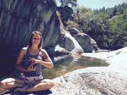 lola-a-Professeur de Yoga-1