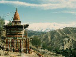 Monument népalais au cœur d'une montagne
