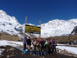 Groupe de randonneurs au pied de l'Annapurna