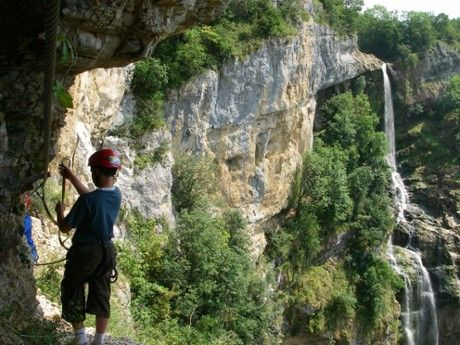 En vue de la cascade de la Charabotte