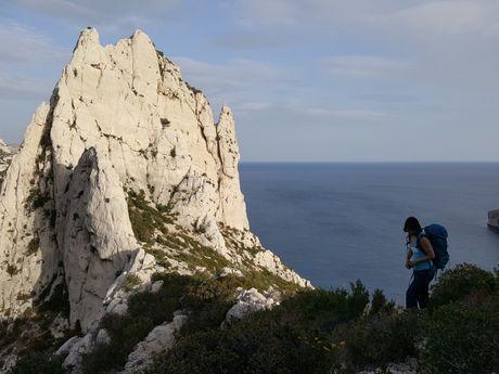 grimpeuse marchant dans les calanques