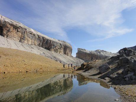 Randonnée au bord d'un lac des Pyrénées