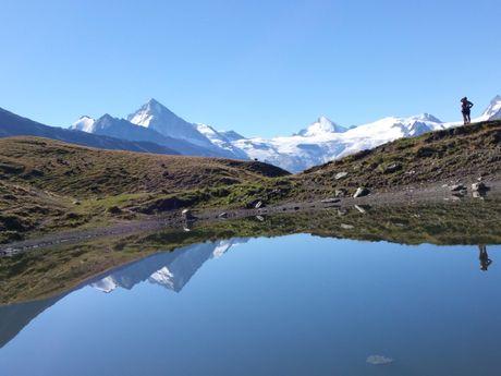 Lac avec les Alpes en arrière-plan