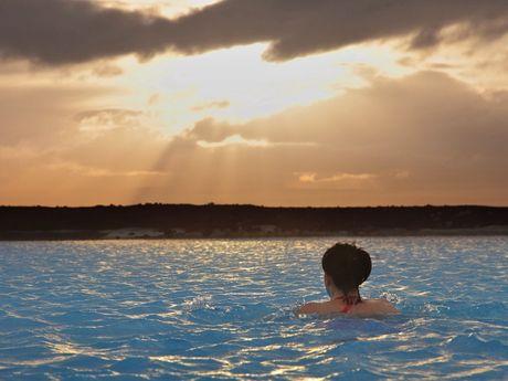 Touriste se baignant dans une source islandaise