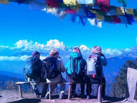 Randonneurs contemplant les Annapurnas