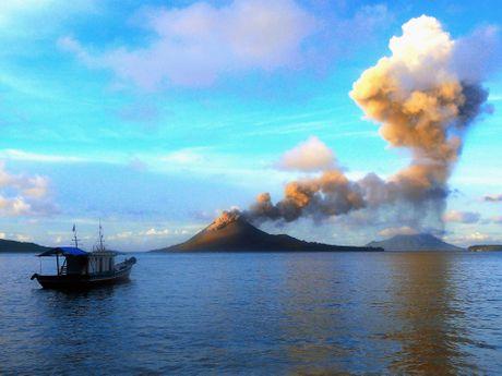 Panorama sur un volcan depuis un bateau