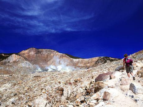 Randonneur en pleine ascension d'un volcan