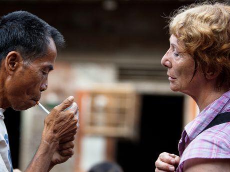 Randonneuse offrant une cigarette à un autochtone