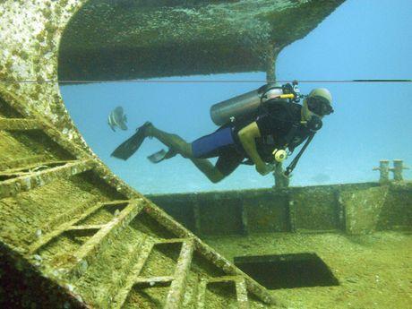 Plongée dans l'épave d'un bateau
