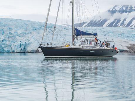 Leatsa devant un glacier au Svalbard