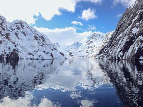 Un long, mais très étroit fjord des Lofoten