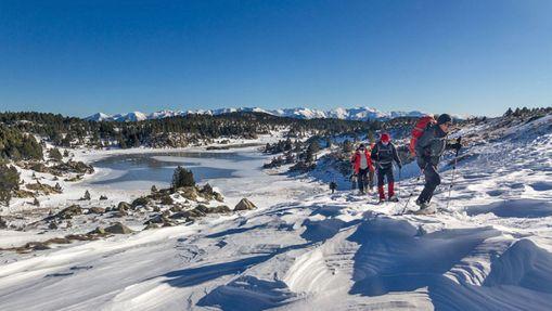 Randonneurs en raquettes près d'un lac gelé