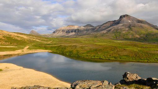 Lac au milieu des montagnes islandaises