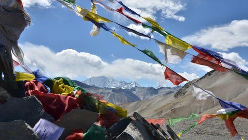 Montagne du Mustang avec drapeaux flottant au vent