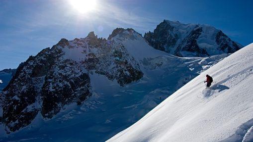 Une personne descend une pente Vallée Blanche