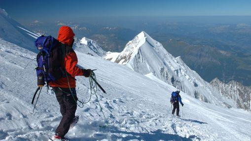 Deux personnes descendent le Mont Blanc encordées
