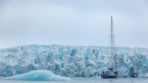 Notre voilier Leatsa devant le glacier Tunabreen