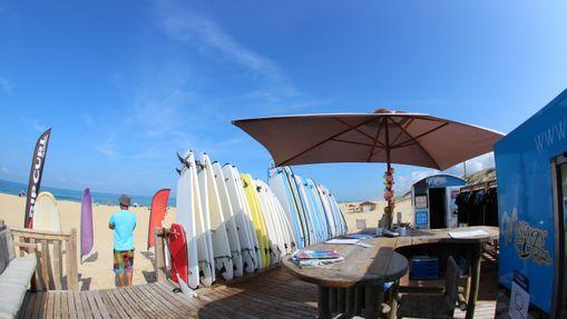 Accueil école de surf sur la plage