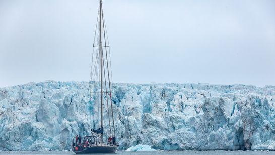 Notre voilier Leatsa devant un glacier au Svalbard