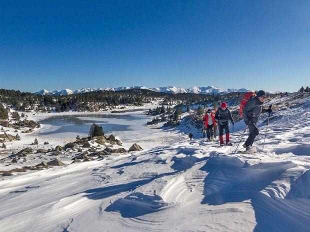 Randonneurs marchant au bord d'un lac gelé