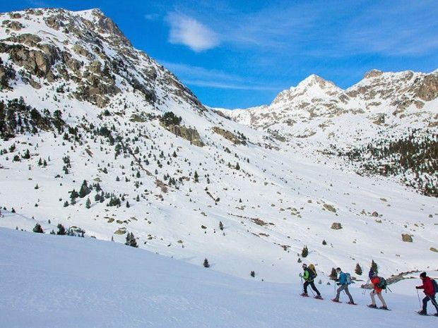 Quatre randonneurs en raquettes dans les Pyrénées