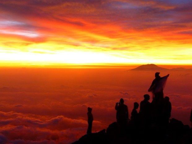 Trekkeurs perchés au sommet du Mont Mérapi