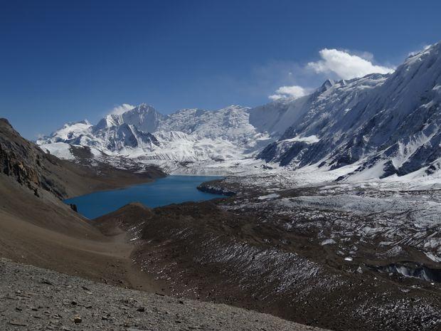 Lac Tilicho au cœur des montagnes népalaises