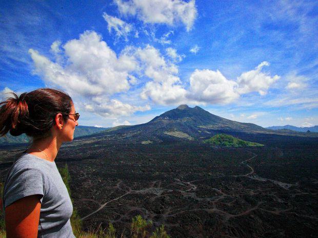 Trekkeur contemplant le volcan Batur en indonésie