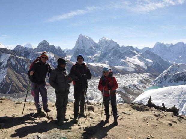 Groupe de trekkeurs avec un guide népalais