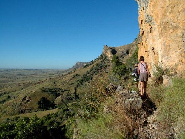 Randonneurs marchant le long d'une montagne