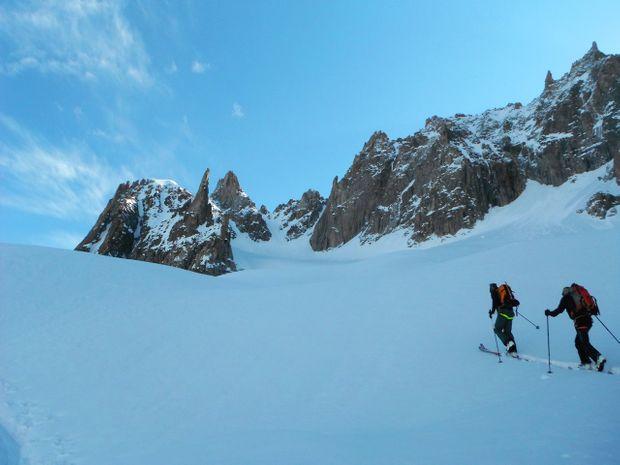 2 skieurs montent sur fond de ciel bleu