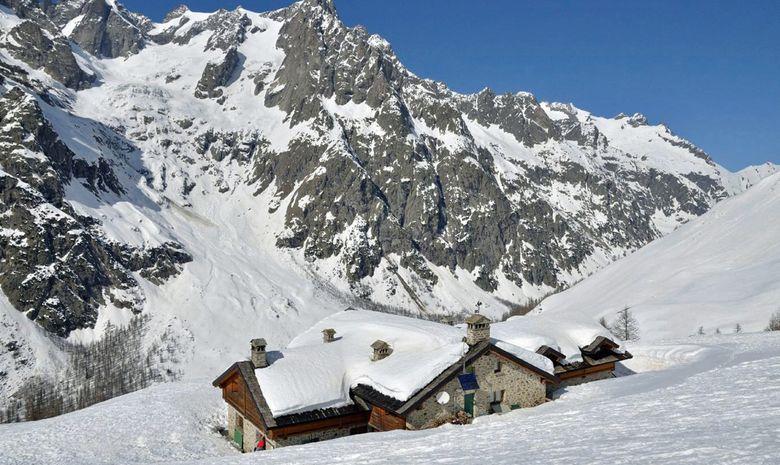 Le refuge Bonatti au dessus du Val Ferret