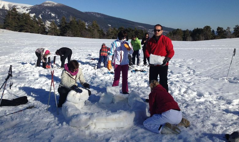 Participants en train de construire un igloo