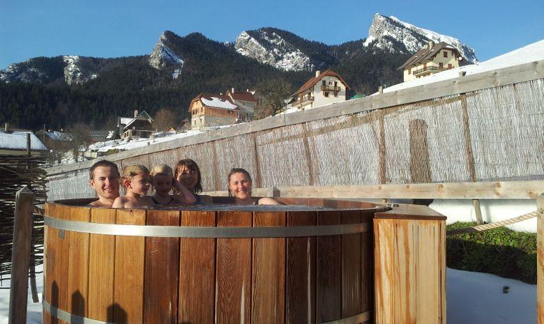 Groupe de randonneurs dans un bain chaud