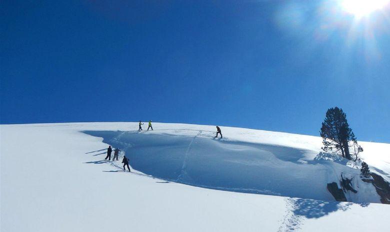 Randonneurs marchant dans la neige des Pyrénées