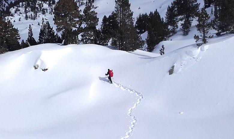 Randonneur et ses traces dans la neige