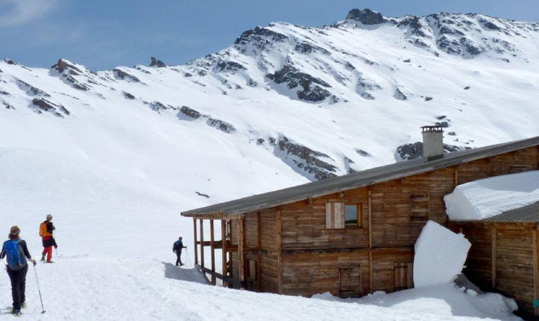 Refuge de montagne sous la neige
