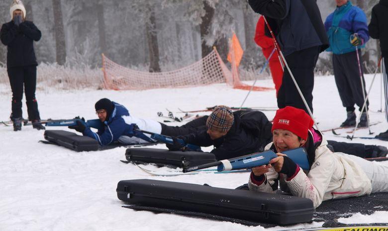 Skieurs s'initiant au tir à la carabine