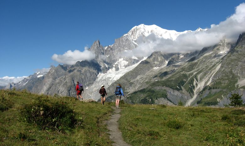 Randonneurs pendant un Tour du Mont-Blanc