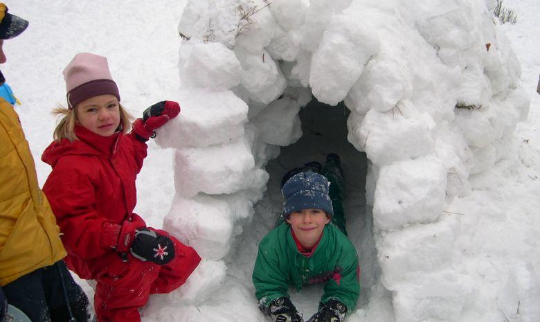 Construction d'un igloo en famille