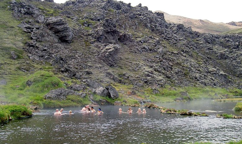 Randonneurs se baignant en Islande