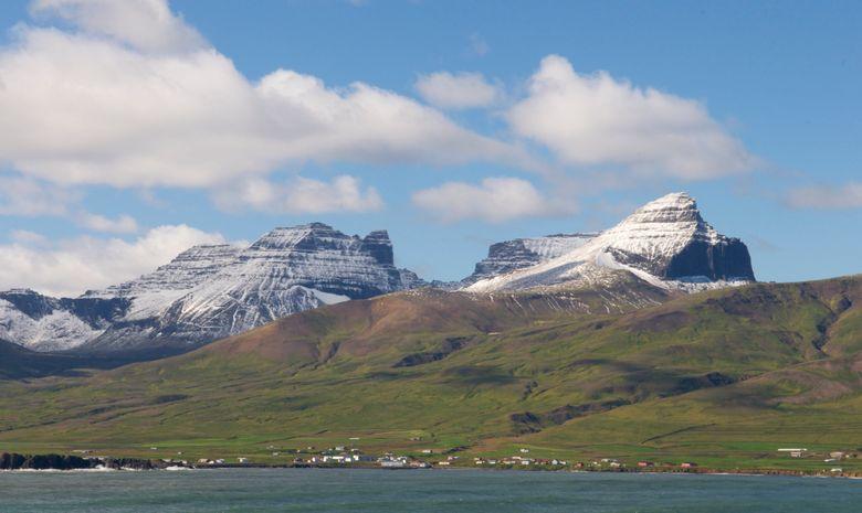 Lac niché au pied d'une montagne en Islande