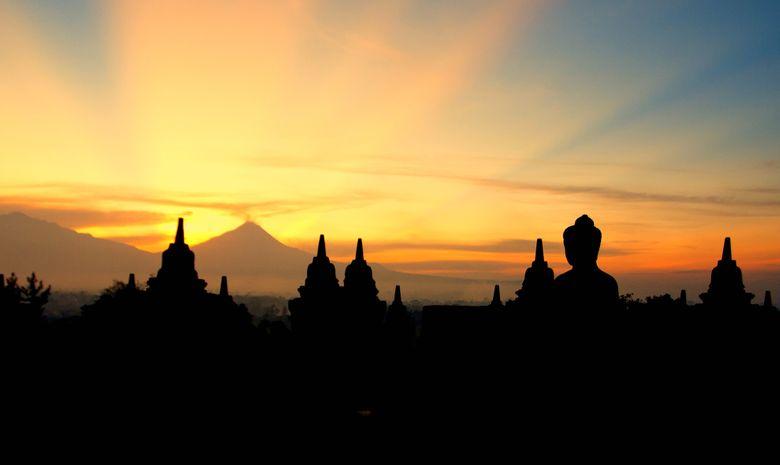 Temple de Borobudur et Mt Merapi en arrière-plan