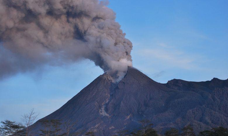 Le Mont Mérapi émettant de la fumée