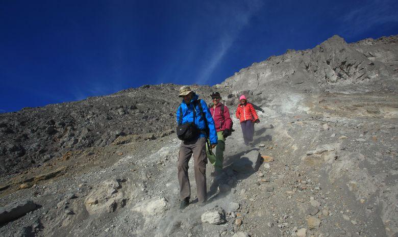 Randonneurs qui descendent les flancs du Mt Merapi