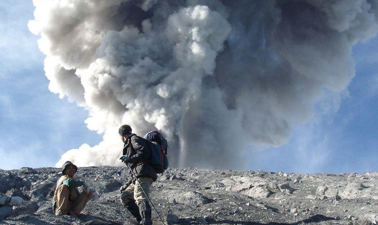 Trekkeurs proches du sommet du Mont Semeru