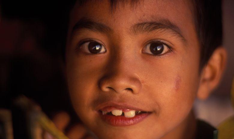 Visage d'un enfant indonésien