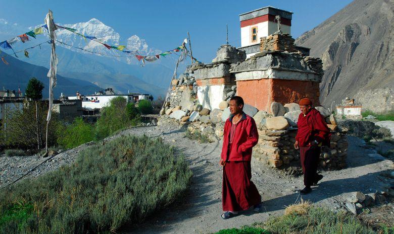 Népalais marchant dans le village de Jarkhot
