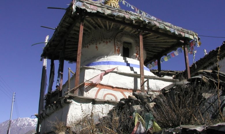 Stupa blanc, rouge et bleu vu au Népal