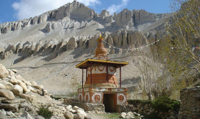 Stupa niché au cœur des montagnes himalayennes